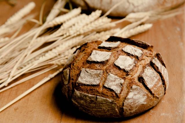 酵母的特點是能將糖分轉化為酒精,即是可以「發酵」。 它具有很高的營養價值,用於製作味噌,納豆,麵包,酒等。