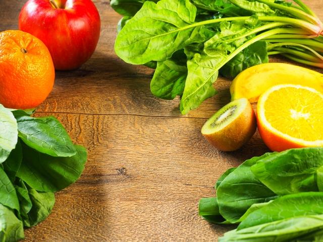 但是,如果吃生蔬菜和水果,就可以順便一起攝取食物酵素。