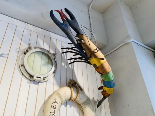 牆上裝飾著具充滿存在感的龍蝦裝飾