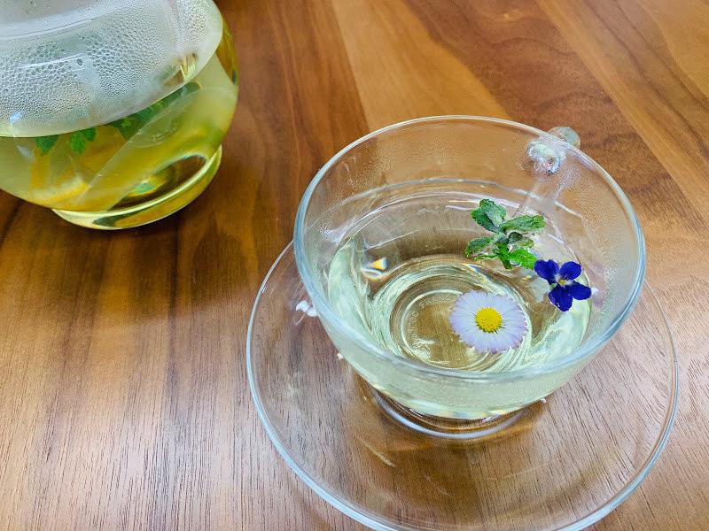 漂浮著花朵的獨家新鮮花草茶