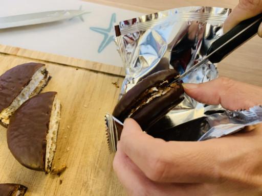 切開巧克力派