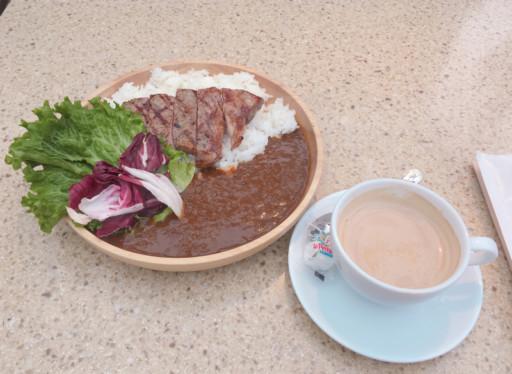 肋眼牛排咖哩飯與拿鐵咖啡